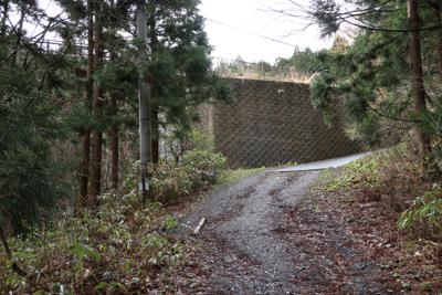 大きな石垣が見えてきたら、道な...