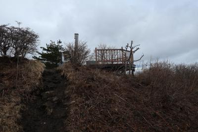 山頂の展望台が見えた。...