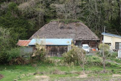 ・・・茅葺屋根が見える。確かに...