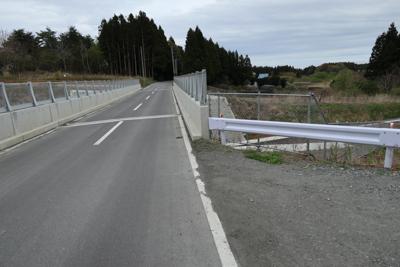 有料道路(まだ未開通?)を越え...