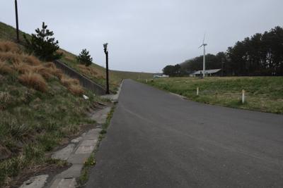 左の盛土の向こう側がすぐ海岸線...