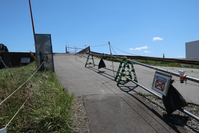 しかし、この橋は現在工事中のよ...