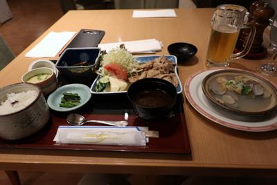 ホテルのレストランで食事を取る...