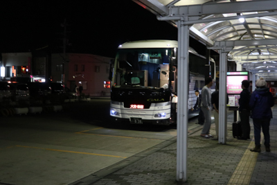 少し遅れてバスがやってきた。恐...